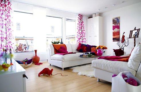 sala de estar branca com objetos coloridos