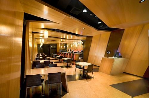 Decoração de bar baseada na utilização de madeiras
