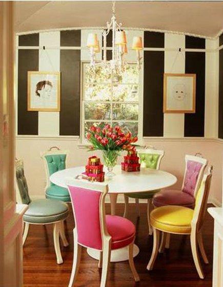 Miscelânea de cadeiras coloridas