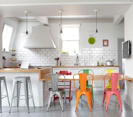 Cadeiras coloridas em várias tonalidades