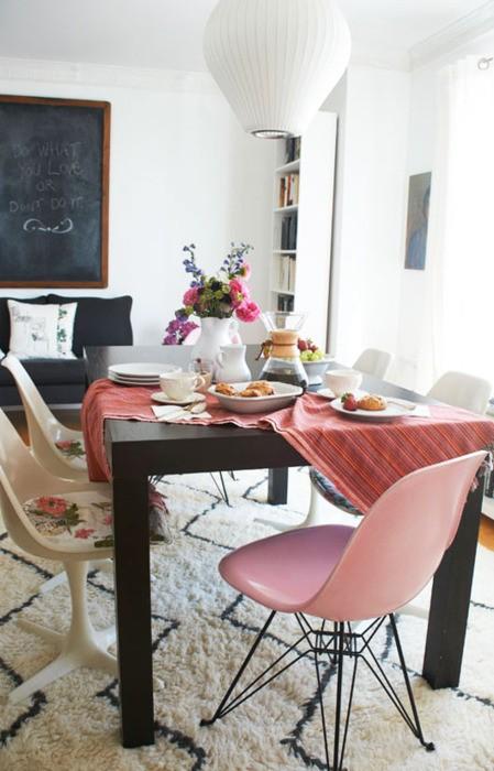 Cadeiras cor de rosa e brancas