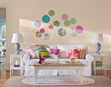 decoração com acessórios coloridos na parede