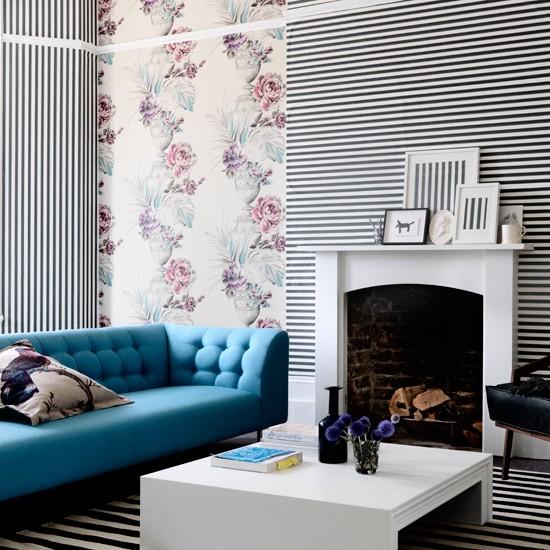 sala com papel de parede colorido