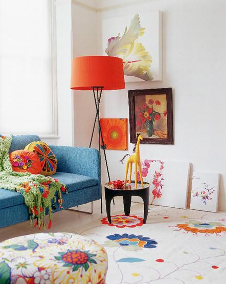 sala com acessórios coloridos