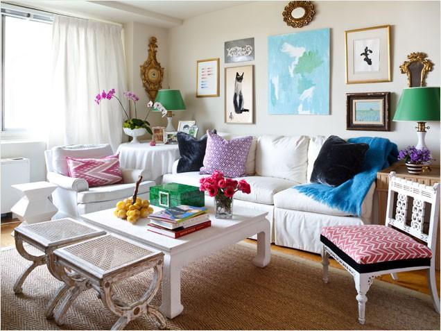sala de estar com móveis coloridos