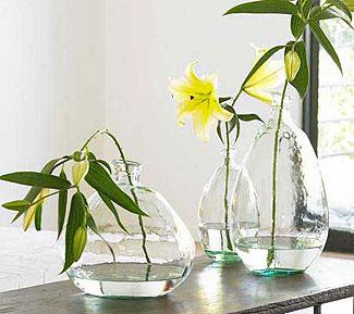 Vasos de vidro decorados com flores