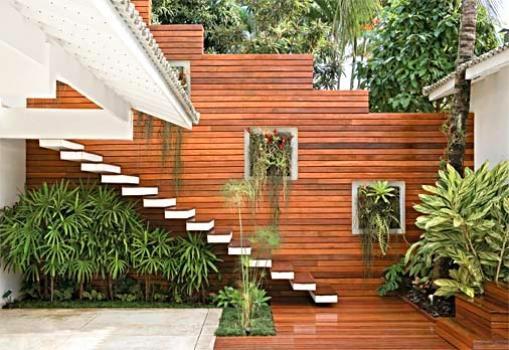 jardim deck de madeira:Deck de madeira com jardim